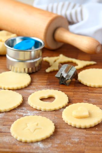 how to use dough cutter to cut dough
