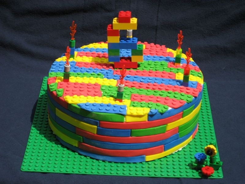 http://media.cakecentral.com/modules/coppermine/albums/userpics/293693/normal_legocake2.JPG